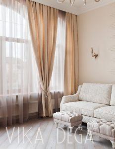 Вид на диван с пуфами